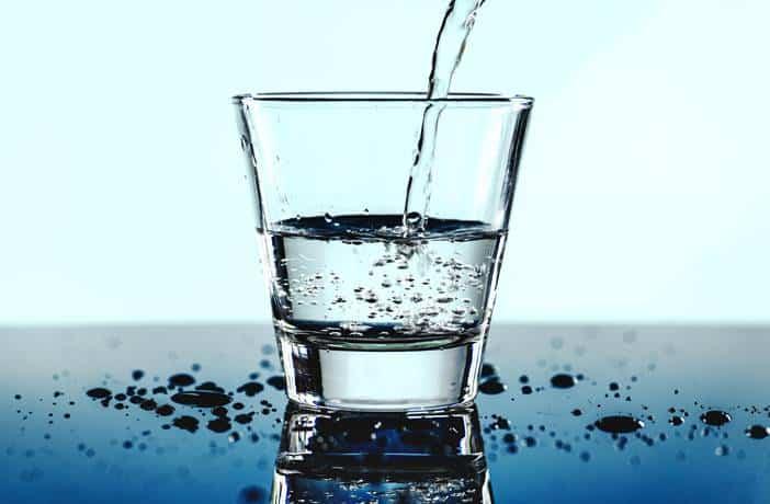 beneficios de tomar agua para adelgazar