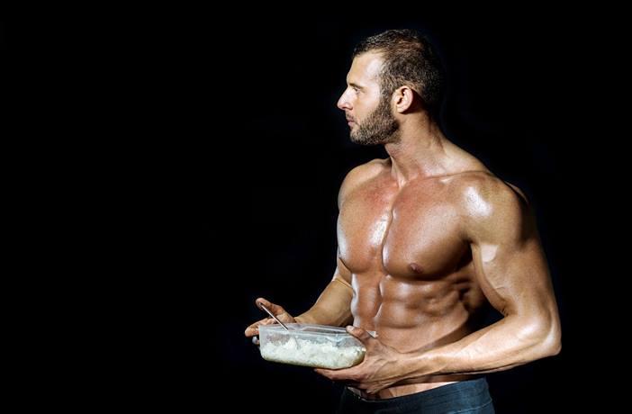 hombre-comiendo-carbohidratos-postentrenamiento