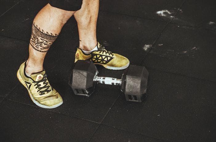 zapatillas de crossfit y pesas