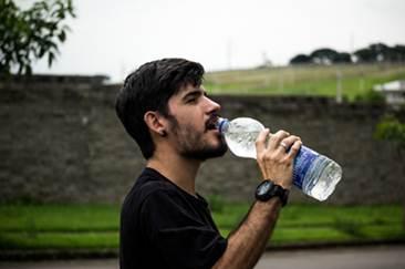 Chico bebiendo agua