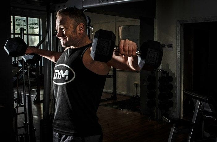 Hombre haciendo pesas 4 días a la semana