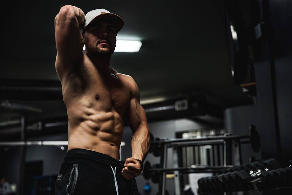 Hombre marcando abdominales