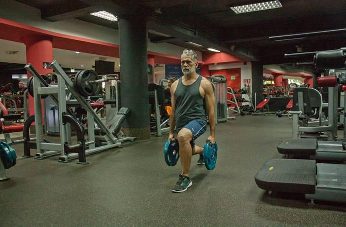 Hombre mayor en el gimnasio