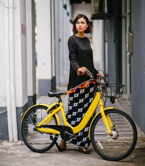 mujer-con-bicicleta-electrica-amarilla