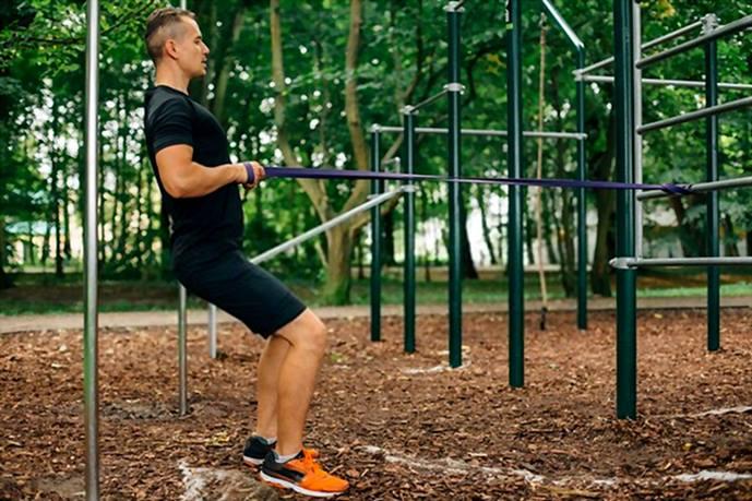 Usando bandas de resistencia en el parque