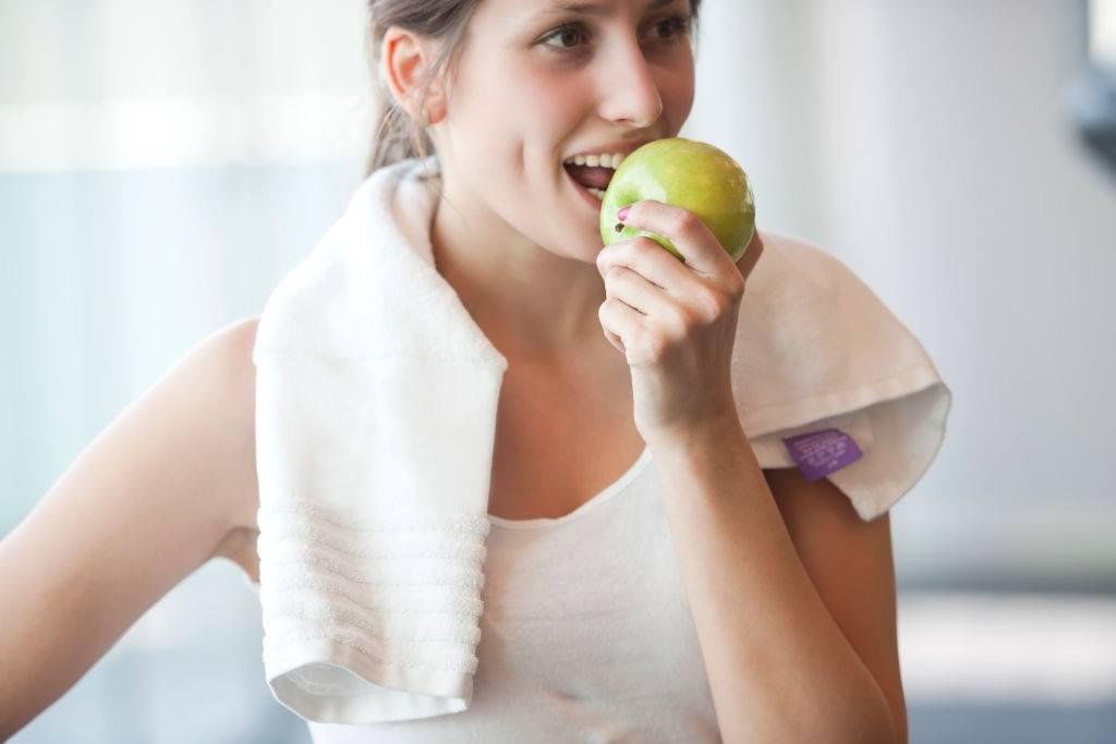 chica comiendo manzana