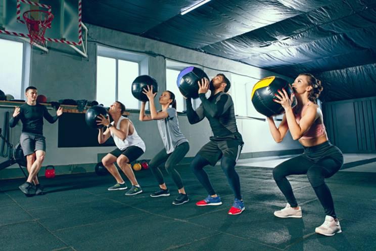 ejercicios core con balón medicinal
