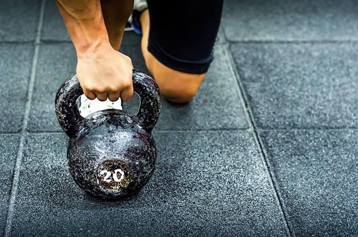 Las pesas rusas pueden ser un elemento de variación intenso, dentro del press inclinado con mancuernas