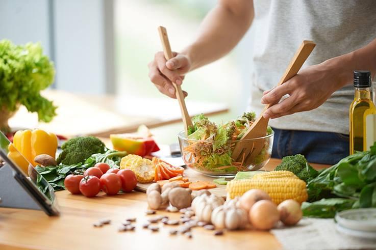 preparando comidas bajas en hidratos de carbono