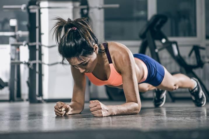 Una tabla es un ejercicio de peso corporal simple y efectivo que no requiere equipo y se puede realizar en casi cualquier lugar.