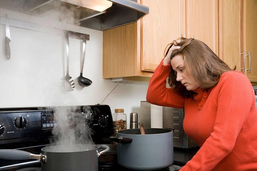 mujer en la cocina con síntomas de ortorexia
