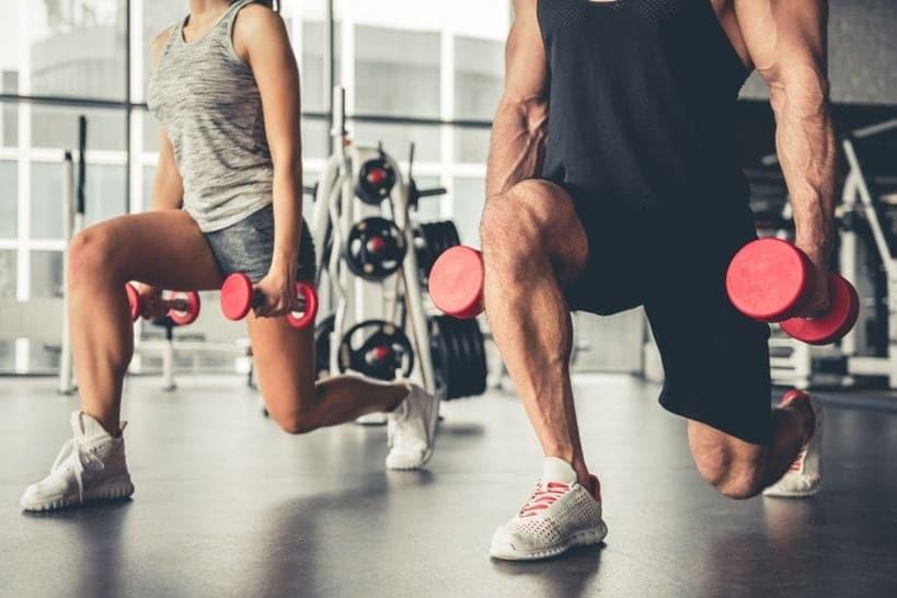El entrenamiento de resistencia aumenta la fuerza muscular al hacer que sus músculos trabajen contra un peso o fuerza.