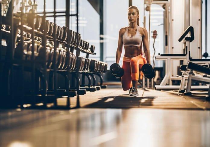 estocada en el gimnasio con pesas