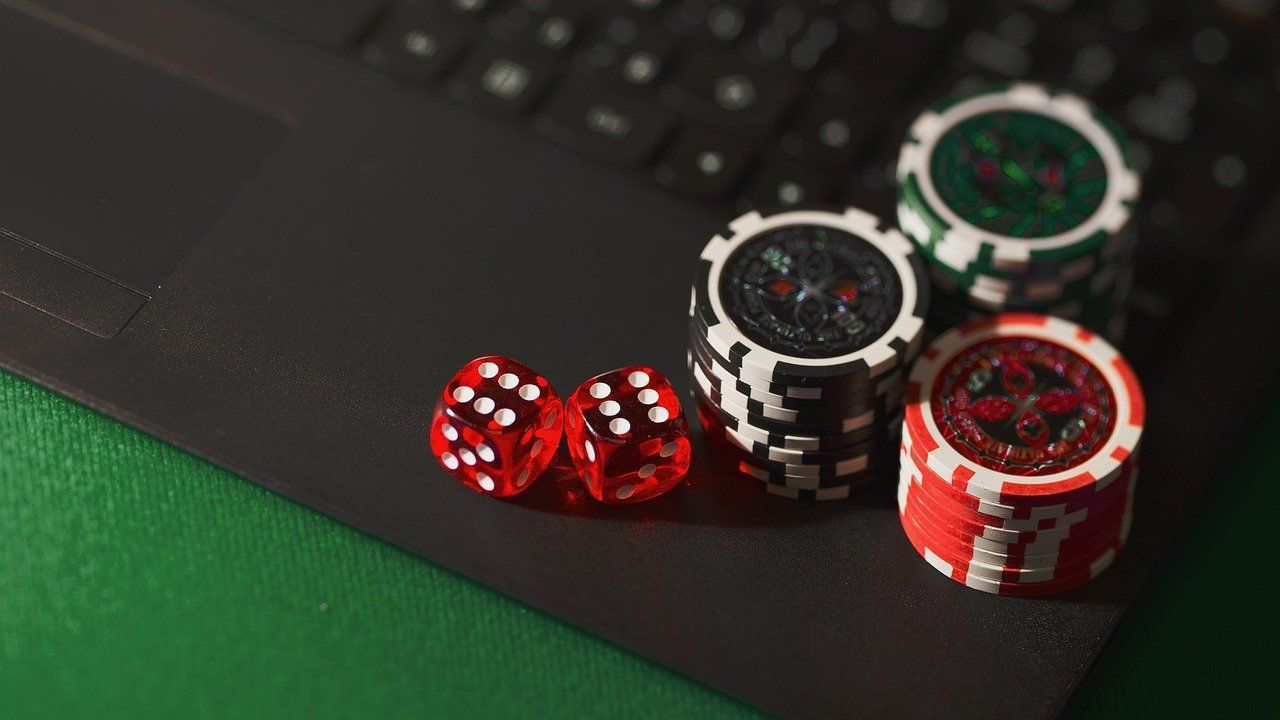dice, chips, online gambling