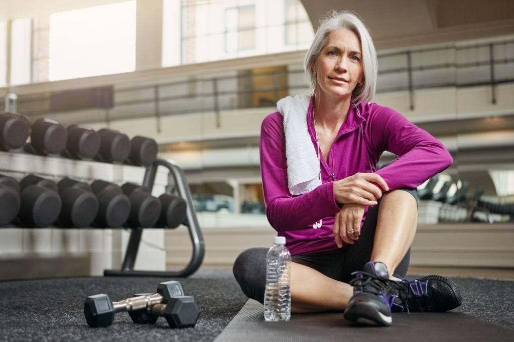 Mujer mayor de 50 años en el gimnasio