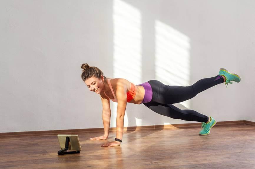 chica-haciendo-ejercicios-en-casa