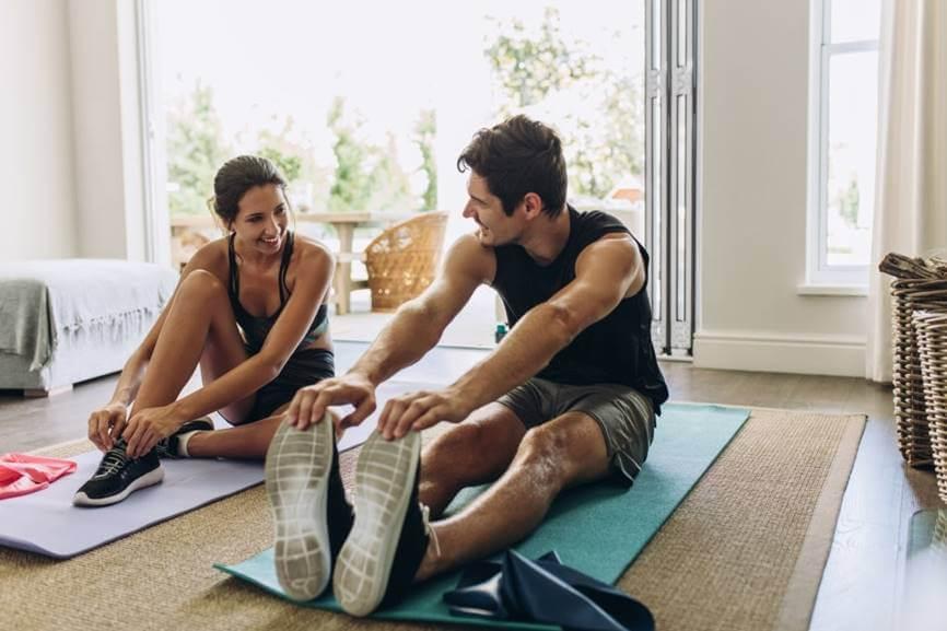 pareja haciendo ejercicio en su casa